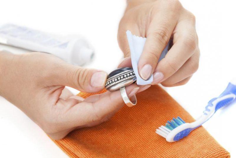 trucos para limpiar la bisutería